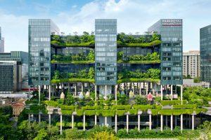 Gebäude in Songapur mit grüner Bepflanzung