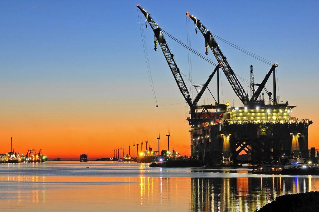 Rotterdamer Hafen im Abendlicht