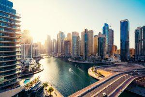 Blick auf Dubai im Sonnenschein